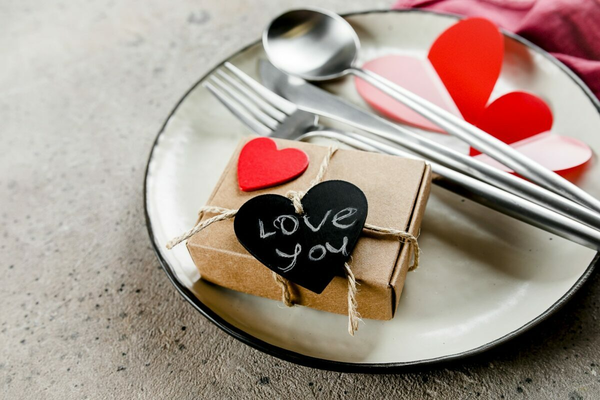 How to Set a Perfect Table at Home for Valentine's Day 2021