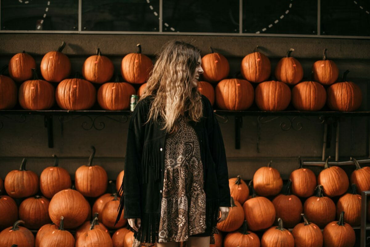 the best indoor and outdoor Halloween decorations and home décor for a luxury Halloween and chic parties in 2021.